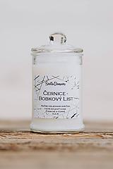 Svietidlá a sviečky - Sviečka zo sójového vosku v skle - Černice & Bobkový list - 10687047_