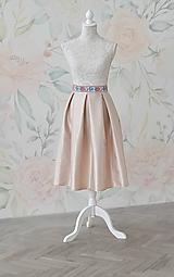 Midi skladaná sukňa s folklórnym pásom