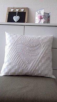 Úžitkový textil - Vankúš so srdiečkom - 10692137_