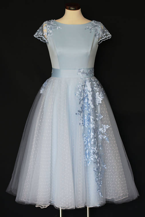 Spoločenské šaty s kruhovou tylovou sukňou bodka