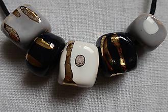 Náhrdelníky - Keramický náhrdelník zlatený - 10696910_