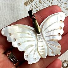 Náhrdelníky - ZĽAVA 60% Prívesok motýľ - mušľa #2059 - 10702457_