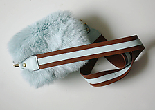 Kabelky - Koženo-kožušinová crossbody kabelka- MENTOLOVÁ - 10704816_