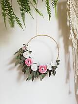 Dekorácie - Veniec s eukalyptom  a kvetmi 50cm - 10702685_