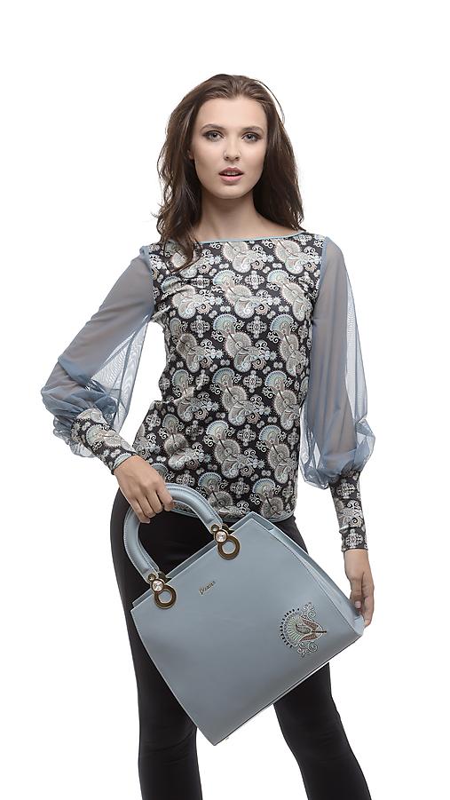 Dámsky modrý top so vzorom a sieťkovými rukávmi