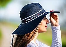 Čiapky - Dámsky letný klobúk slamený s nápisom podľa želania - 10705485_