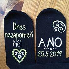 """Obuv - Maľované ponožky pre ženícha (V češtine """"Dnes nezapomeň říct ANO + dátum"""") - 10708487_"""