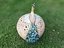 Dekorácie - Veľká vyrezávaná keramická guľa s pávom - 10711526_