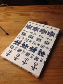 Na tablet - Obal na čítačku alebo tablet - #27 látka Čičmany tmavomodrý menší vzor na bielom - 10709479_
