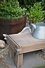 Nábytok - Starý drevený stolček - 10708712_