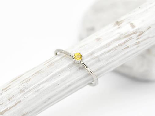 Prstene - 585/1000 zlatý prsteň s prírodným žltým zafírom - 10714538_