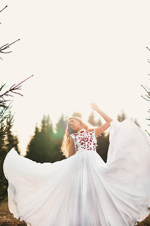 Svadobné šaty s červenou výšivkou II.