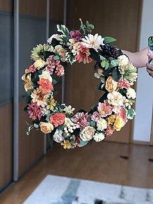 Dekorácie - Kvetinovy veniec na dvere - 10714232_