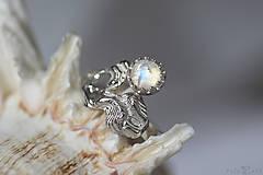 Prstene - Reliéfny strieborný prsteň s mesačným kameňom - Šum - 10715790_