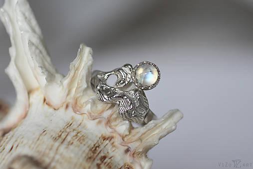 Reliéfny strieborný prsteň s mesačným kameňom - Šum