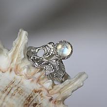 Prstene - Reliéfny strieborný prsteň s mesačným kameňom - Šum - 10715789_