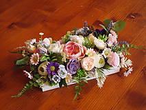 Dekorácie - Kvetinová dekorácia v pastelových farbách na dreve - 10719542_