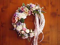 Dekorácie - Kvetinový veniec so stuhami 33cm - 10719552_