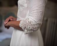 Šaty - Svadobné šaty z francúszkej krajky lemované portou v ľudovom štýle - 10721357_