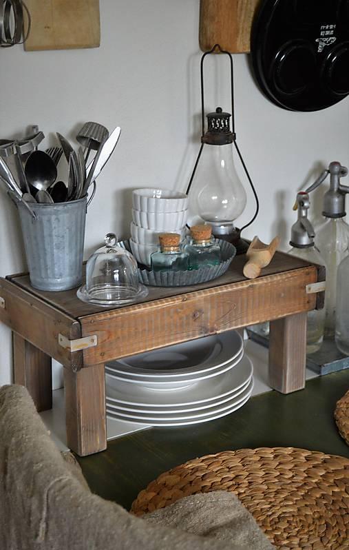 Starý drevený stolček