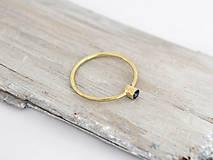 Prstene - 14k zlatý prsteň s prírodným modrým zafírom (biele zlato) - 10725678_
