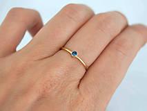 Prstene - 14k zlatý prsteň s prírodným modrým zafírom (biele zlato) - 10725679_
