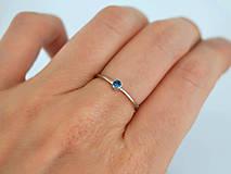 Prstene - 14k zlatý prsteň s prírodným modrým zafírom (biele zlato) - 10725685_