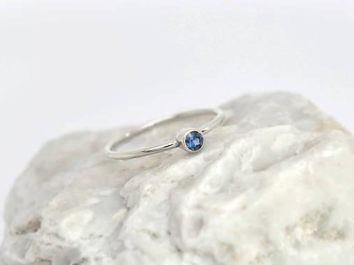 14k zlatý prsteň s prírodným modrým zafírom (biele zlato)