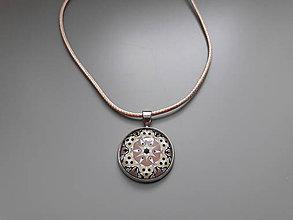 Náhrdelníky - Prívesok s ornamentálnym kabošonom v darčekovej krabičke (Ornament 1) - 10724939_