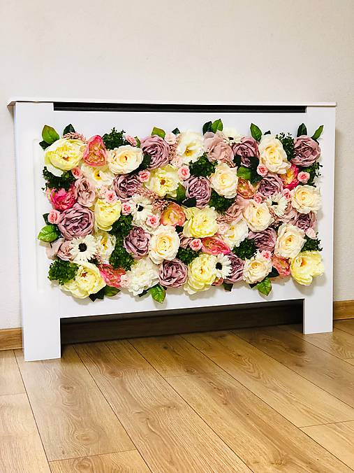 Kryt na radiátor zdobený kvetmi