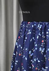 Sukne - Letná kvetovaná tmavomodrá sukňa - 10733919_
