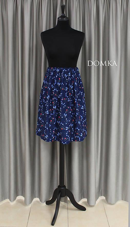 Letná kvetovaná tmavomodrá sukňa
