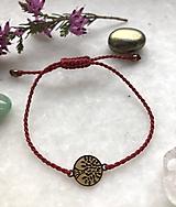 Červený makramé náramok so zlatým stromom života z nerezovej ocele