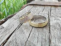 Prstene - Pásikavé obrúčky so zirkónikmi - 10730943_
