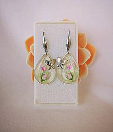 Náušnice - Visiace náušnice živicové s motýľom, tulipánmi, nerezová oceľ - 10733097_