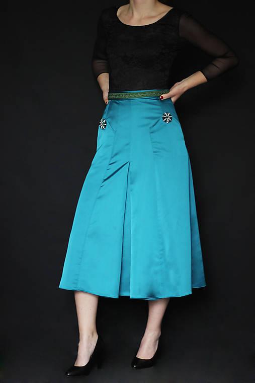 Spoločenská sukňa do A rôzne farby s ozdobnými gombíkami