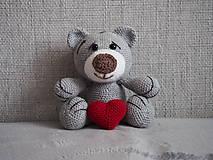Hračky - Háčkovaný  medvedík so srdiečkom. - 10736351_