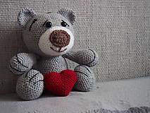 Hračky - Háčkovaný  medvedík so srdiečkom. - 10736353_