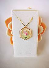 Náhrdelníky - Živicový náhrdelník s tulipánmi, pozlátená retiazka - 10736616_