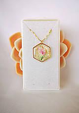 Náhrdelníky - Živicový náhrdelník s tulipánmi, pozlátená retiazka - 10736617_