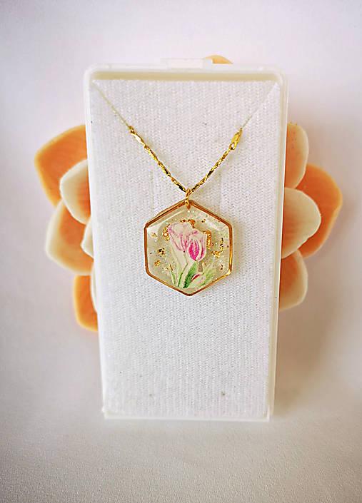 Živicový náhrdelník s tulipánmi, pozlátená retiazka