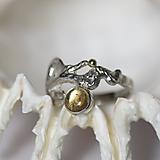 Reliéfny strieborný prsteň so zlatou guličkou a s citrínom - Šum