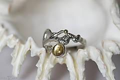 Prstene - Reliéfny strieborný prsteň so zlatou guličkou a s citrínom - Šum - 10737700_