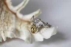 Prstene - Reliéfny strieborný prsteň so zlatou guličkou a s citrínom - Šum - 10737701_