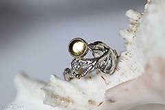 Prstene - Reliéfny strieborný prsteň so zlatou guličkou a s citrínom - Šum - 10737702_