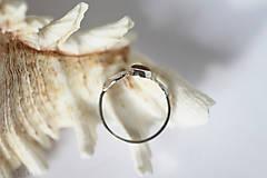 Prstene - Reliéfny strieborný prsteň so zlatou guličkou a s citrínom - Šum - 10737703_