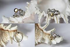 Prstene - Reliéfny strieborný prsteň so zlatou guličkou a s citrínom - Šum - 10737704_