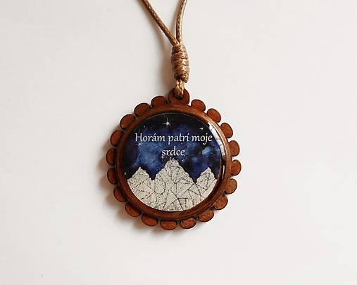 Drevený živicový náhrdelník - Horám patrí moje srdce