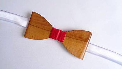 Doplnky - Pánsky drevený motýlik -  červený satén - 10738423_