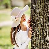 Čiapky - Dámsky letný klobúk slamený pudrový s kvetmi - 10741830_